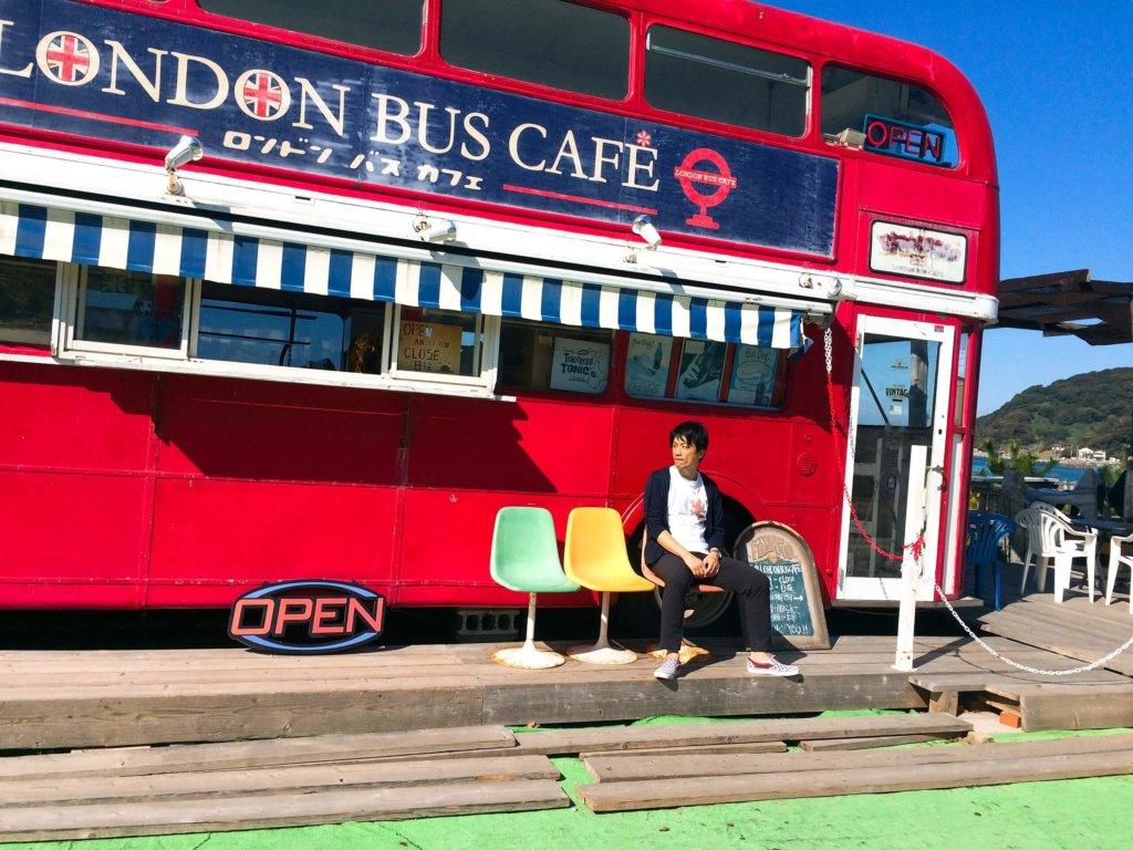 糸島海岸沿い ロンドンバス
